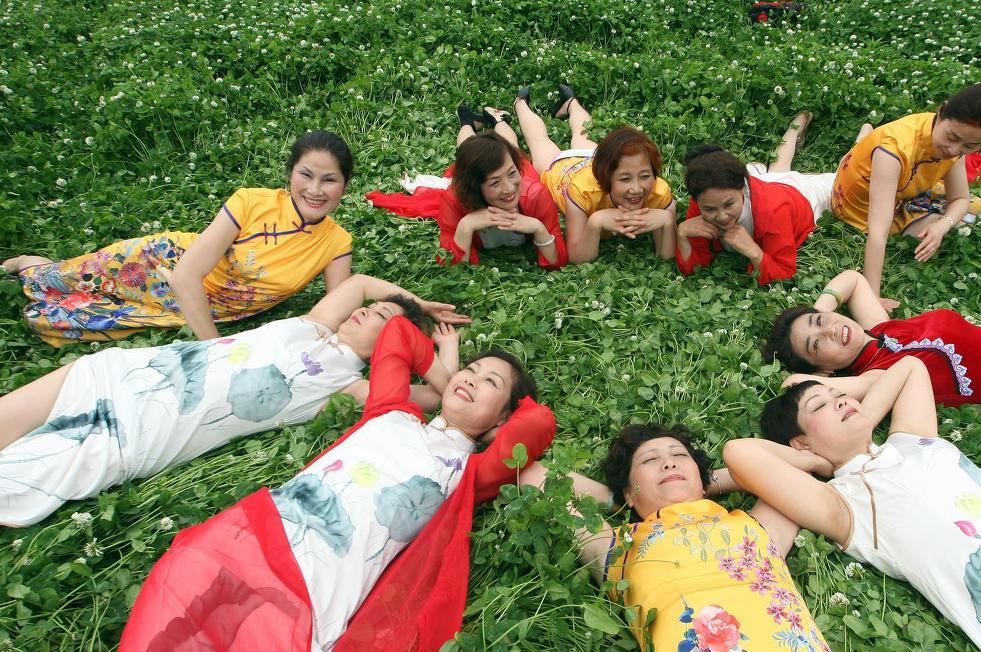 大妈10p_杭州10位退休大妈老来俏,相约公园上演旗袍秀,网友:大妈们真美