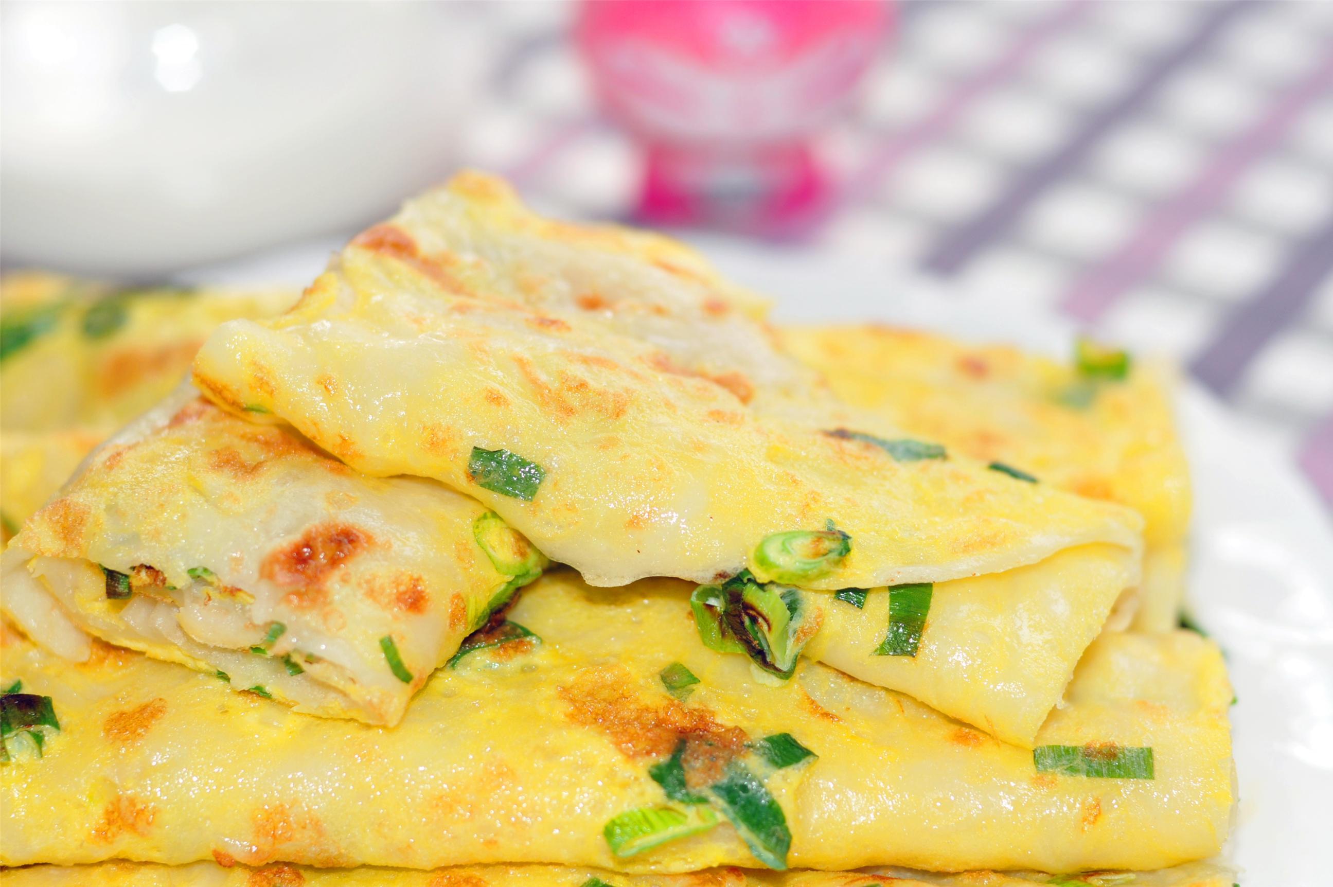 让早餐营养又健康,一碗面粉几个鸡蛋,手不沾面就能做土豆鸡蛋饼