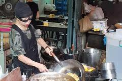 我去特地去曼谷寻找这家70多岁的奶奶开的米其林街头美食店