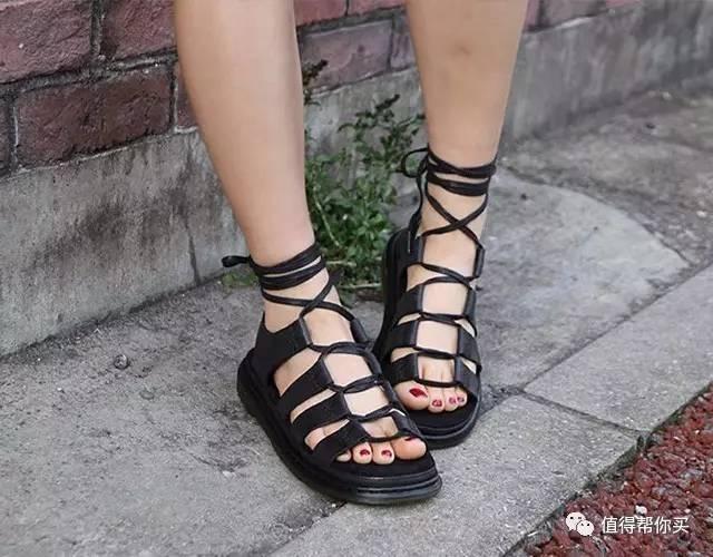 d22b64d3413d Dr. Martens Kristina Ghillie  中性凉鞋是一款设计偏中性风、穿着感超佳的凉鞋,鞋面全部采用牢固结实的材质,搭配经典的绑带式鞋面设计,可很好的将脚部固定,不会 ...