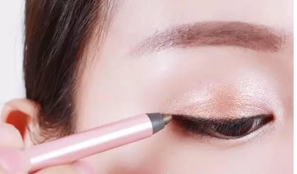 眼睛放大的秘诀离不开它!眼线胶笔或许比眼线笔更适合你