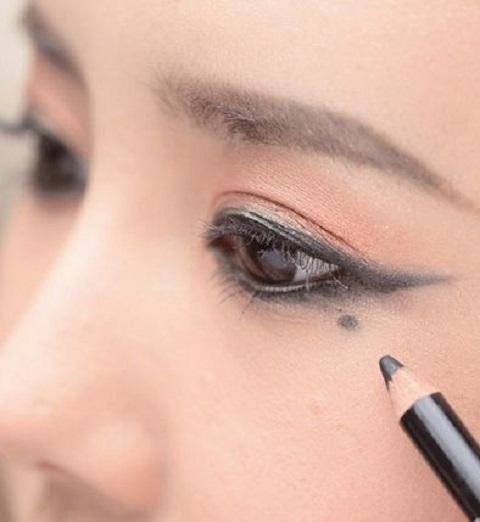 """""""熊猫眼""""可不可爱!四个方法,让你告别眼妆晕妆"""